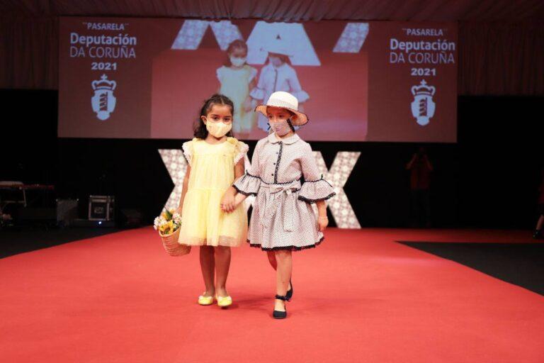 As nenas da Escola de Palillo do Concello de Camariñas desfilaron na XXX Mostra