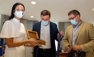 Encarna Liñeiro e Sergio Caamaño fan entrega dos agasallos ao Presidente da Deputación da Coruña