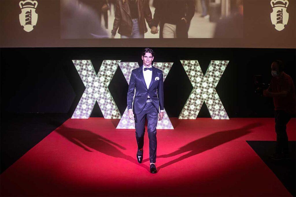 O modelo internacional e imaxe do cartel Damián Álvarez desfilou na inauguración da XXX Mostra do Encaixe